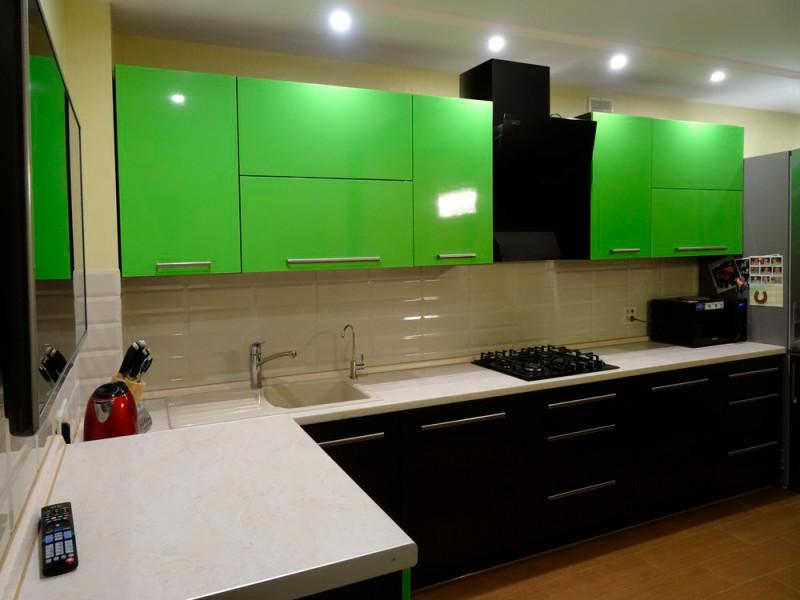 Ирма — черно-зеленая, двухцветная, угловая кухня из МДФ в пластике