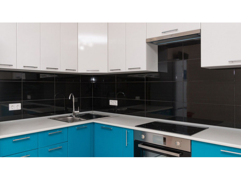 Анна - бело-голубая, угловая, двухуровневая кухня из МДФ в пленке ПВХ