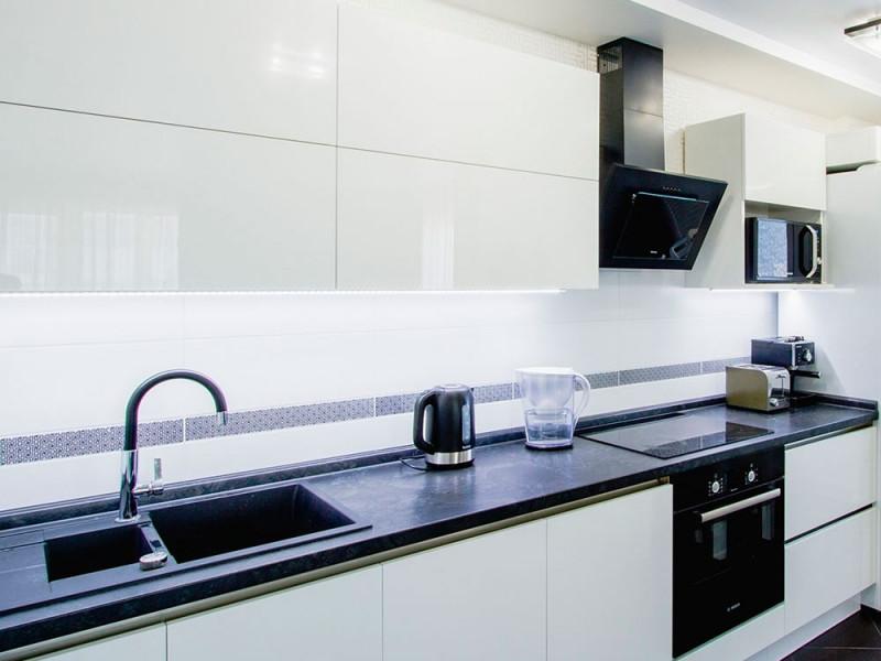 Белла - двухъярусная, современная, глянцевая кухня белого цвета без ручек из МДФ в пластике