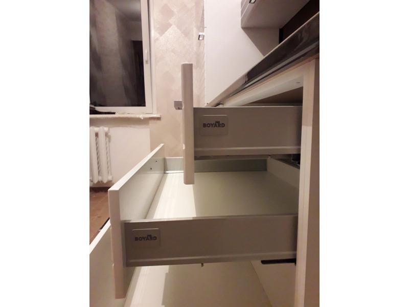 Бостон — прямая, черно-белая кухня из МДФ в эмали