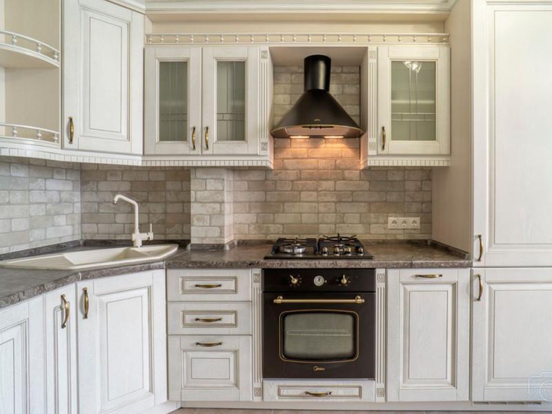 Афина - белая, угловая, двухуровневая кухня из массива дуба