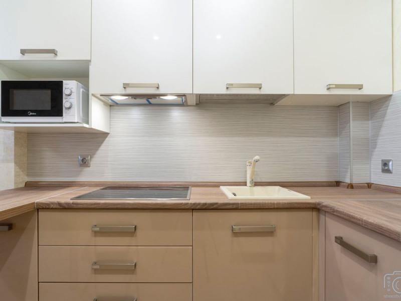 Какао — бежевая угловая кухня из МДФ в пластике