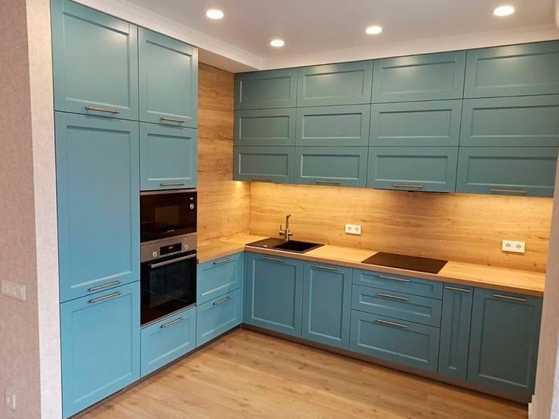 Угловая кухня МДФ в эмали Адель голубого цвета под потолок с пеналом