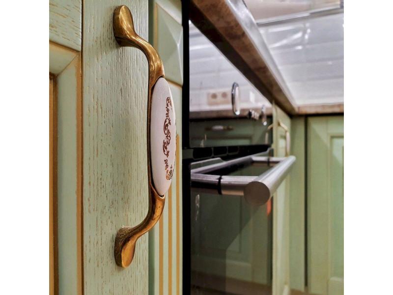 Беатрис - угловая, двухъярусная кухня зеленого цвета из массива дерева с патиной