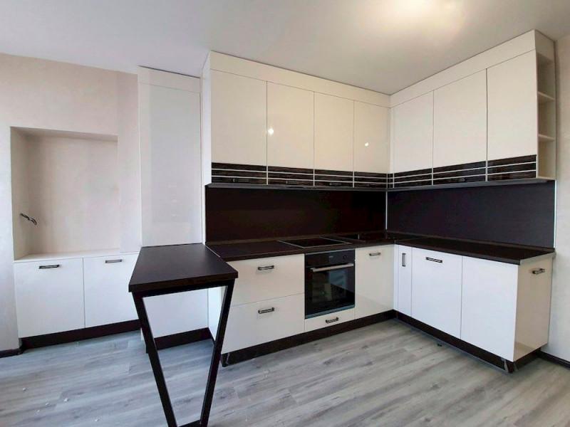 Бостон 1 — современная, угловая, черно-белая кухня из МДФ в эмали
