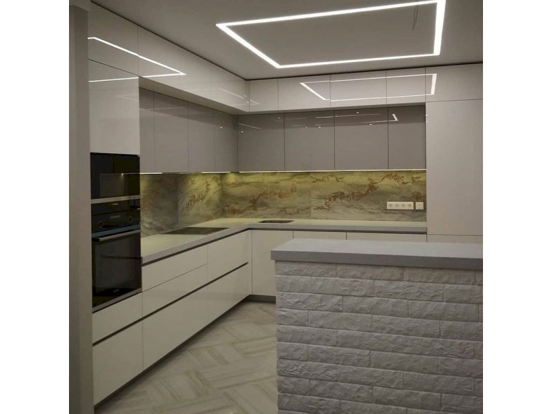"""Белая, глянцевая, угловая кухня из пластика """"Алвик"""""""