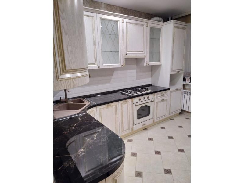Берта - классическая, угловая, двухуровневая кухня белого цвета из массива дуба