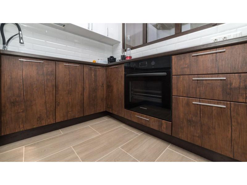 Вуд 3 — двухцветная, угловая кухня с текстурой дерева из МДФ в пленке ПВХ