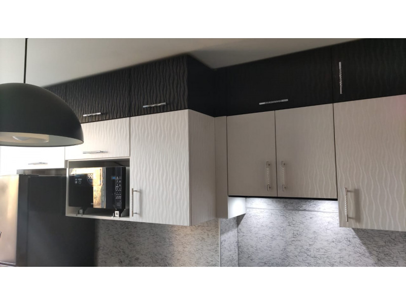 Двухъярусная, черно-белая кухня 3D эффект из МДФ с ПВХ покрытием