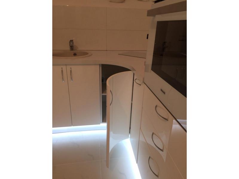 Одноярусная кухня без верхних шкафов Бонни