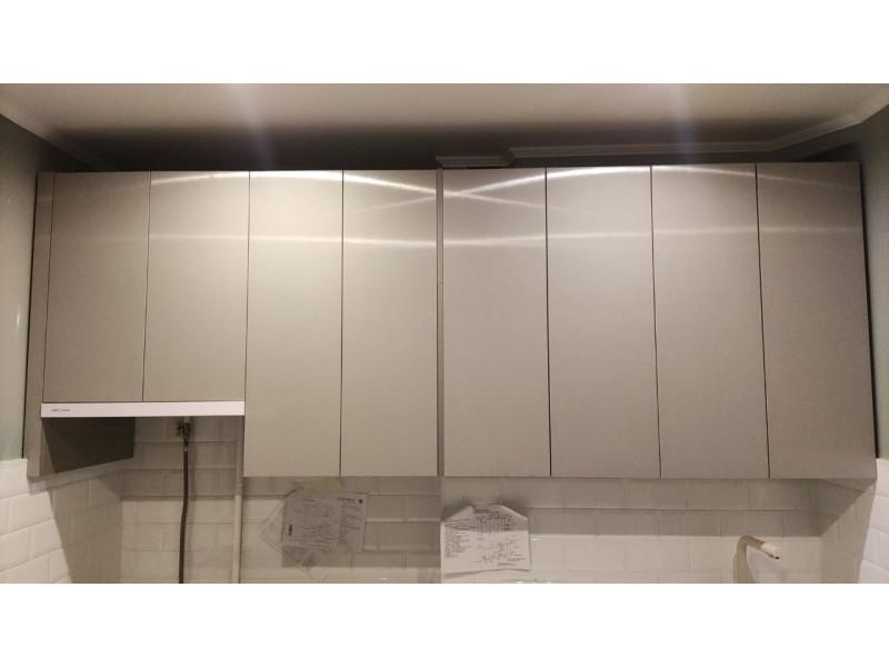 Гола Софт — современная кухня без ручек бежевого цвета из МДФ в пластике