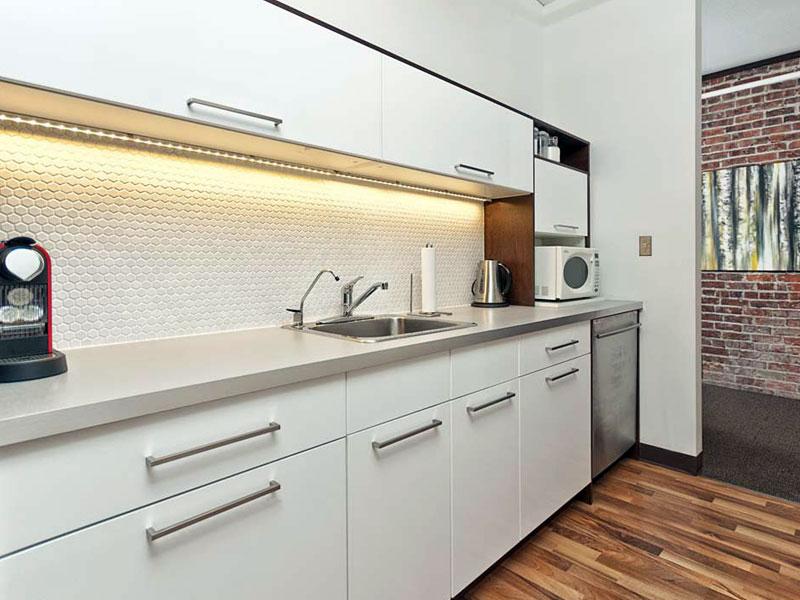 Гвен — прямая, глянцевая, современная кухня белого цвета